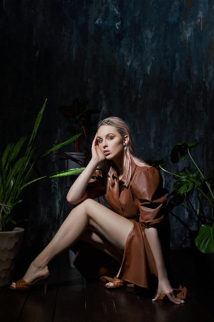 Donna che posa con le foglie tropicali Foto Premium