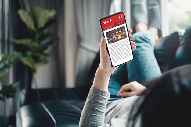 Donna che legge notizie o articoli in un telefono cellulare. Foto Premium
