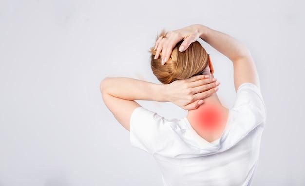Donna strofinando il collo contro il dolore Foto Premium