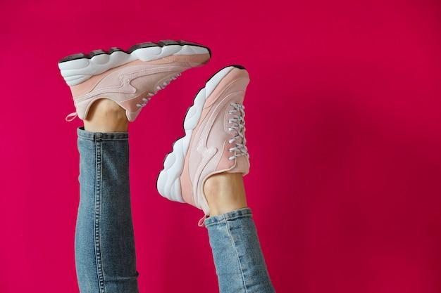 Piedi da donna in scarpe sportive moderne senza marchio Foto Premium