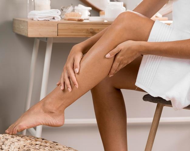 Gambe di donna con crema Foto Premium