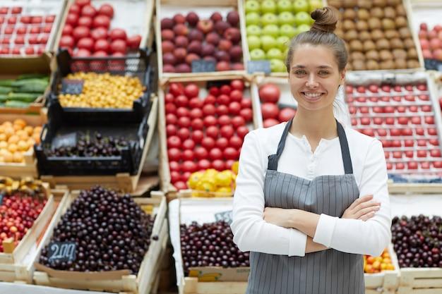 Donna che vende frutta e verdura Foto Premium