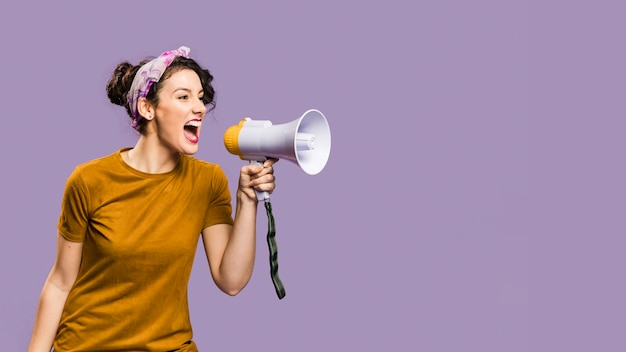 La donna grida in megafono con lo spazio della copia Foto Premium