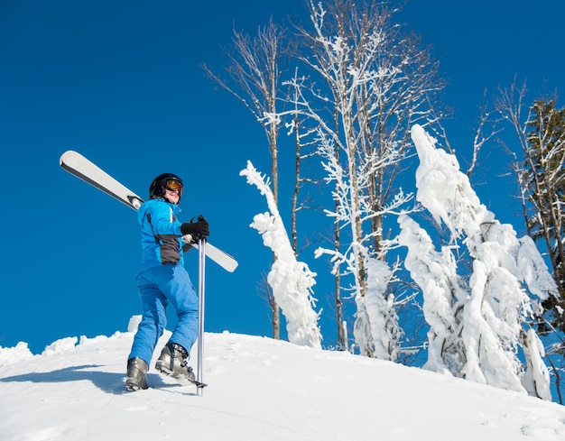Sciatore della donna sul pendio alla stazione sciistica in inverno Foto Premium