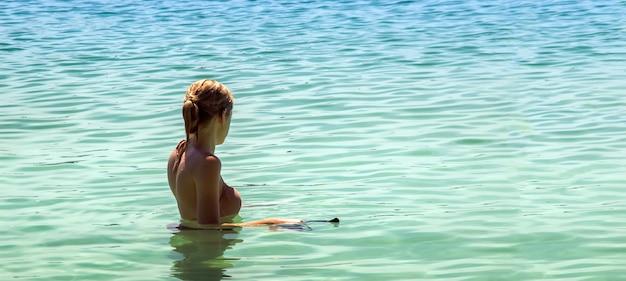 Donna che snorkeling sulla spiaggia di estate Foto Premium