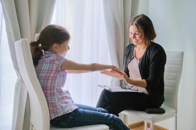 Assistente sociale donna parlando con ragazza psicologia infantile, salute mentale. Foto Premium