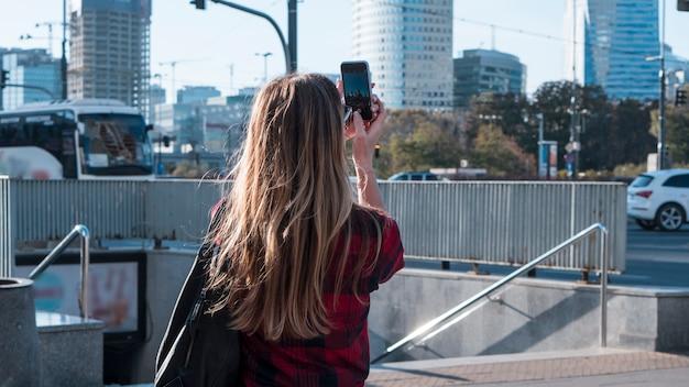 La donna scatta una foto Foto Premium
