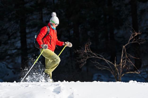 Una donna fa un viaggio con le ciaspole da sola in primavera Foto Premium