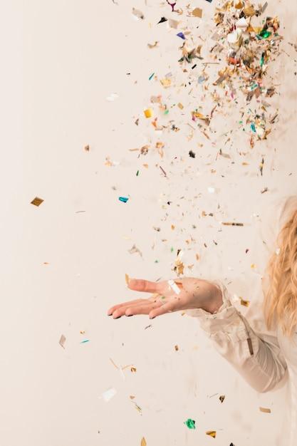 Donna che lancia lustrini lucenti Foto Premium