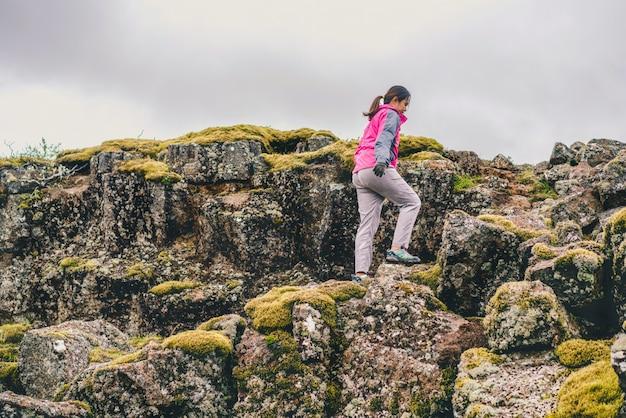Viaggiatore della donna che fa un'escursione attraverso il paesaggio dell'islanda. Foto Premium