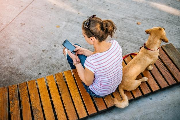 Donna che utilizza telefono nel parco Foto Premium