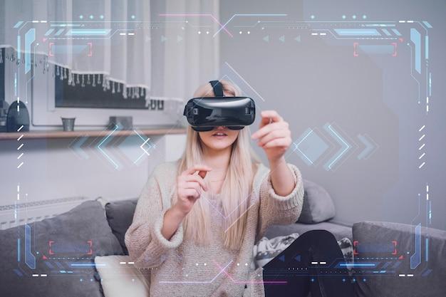 Donna che usando le cuffie da realtà virtuale Foto Premium