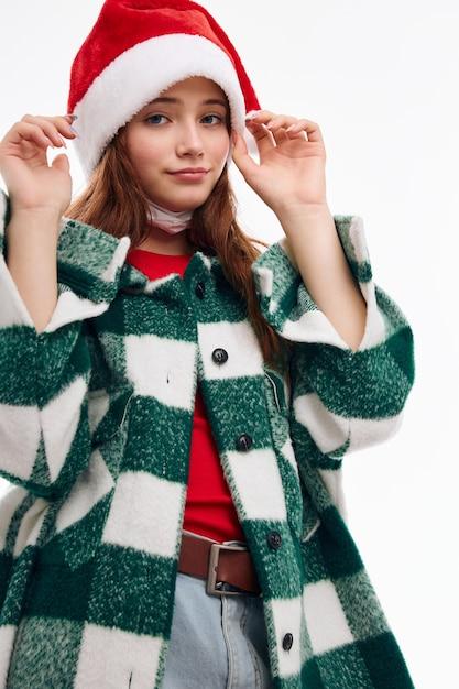 Donna che indossa abiti di capodanno santa cappello vacanze vestiti alla moda natale. foto di alta qualità Foto Premium