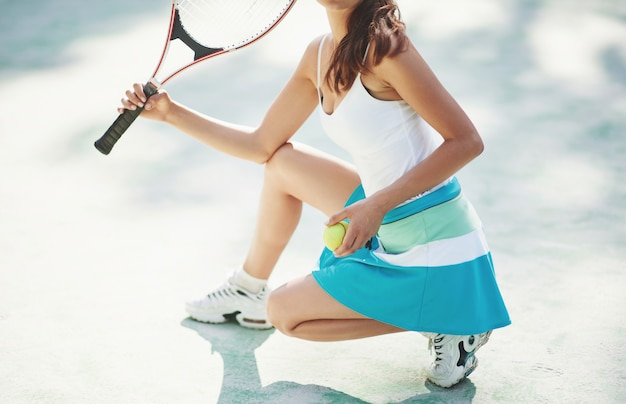 Una donna che indossa una pallina da tennis sportswear. Foto Premium