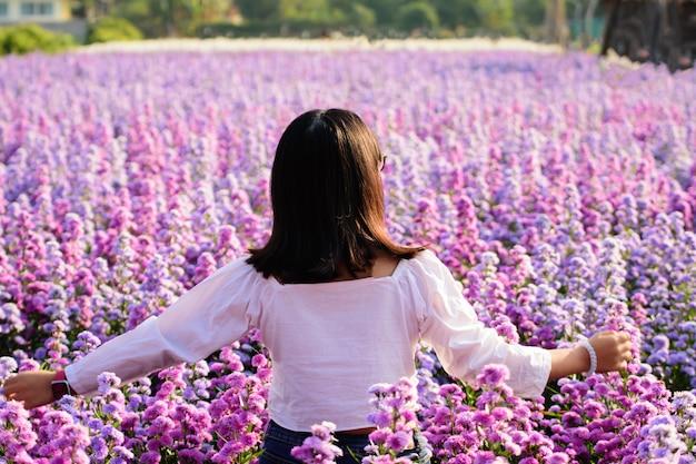 Donna in vestito bianco al giacimento di fiori porpora del margaret in asia tailandia. Foto Premium