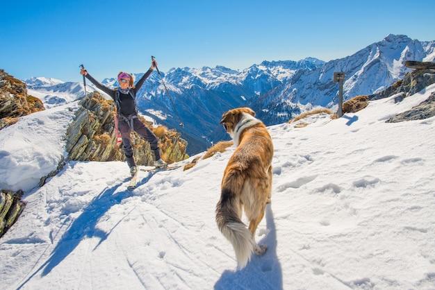 Donna con cane a sky resort Foto Premium