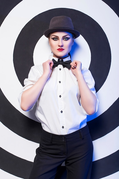 Donna con il trucco che indossa una camicia bianca e papillon Foto Premium