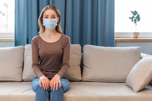 Donna con maschera rimanendo in quarantena Foto Premium