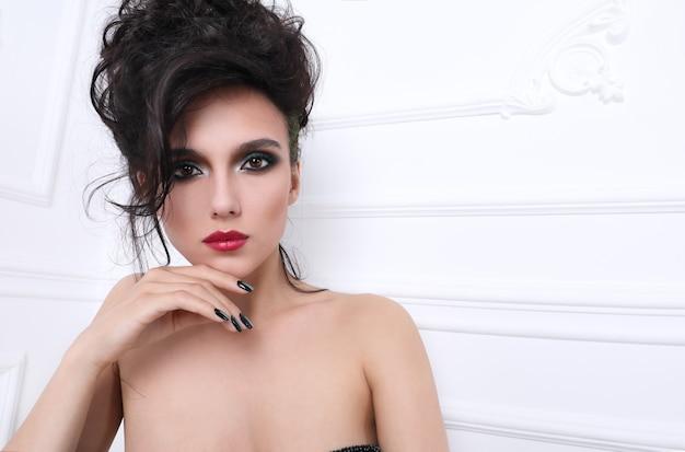 Donna con una manicure perfetta Foto Premium