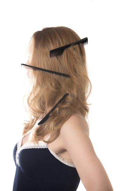 Donna con diversi pettini nei capelli   Foto Premium