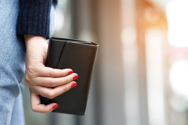 Una donna con un portafoglio pronto per lo shopping online Foto Premium