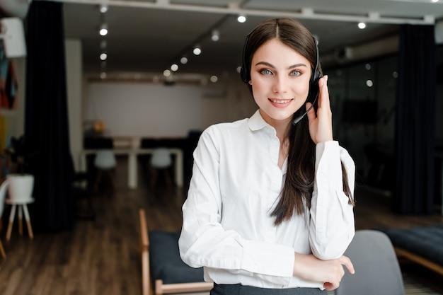 Donna che lavora nella call center con le chiamate telefoniche di risposta auricolare Foto Premium