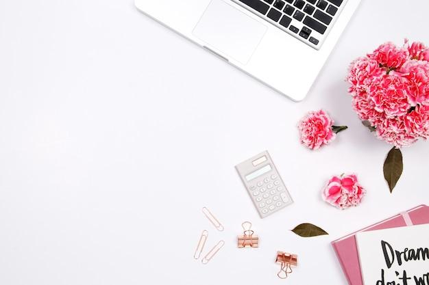 Area di lavoro della donna con il taccuino Foto Premium