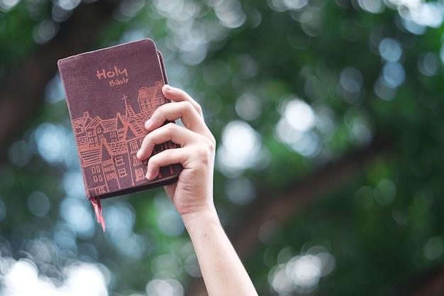 Le donne stanno tenendo una bibbia. Foto Premium