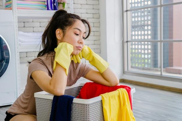 Le donne puliscono la casa con vestiti e liquidi. Foto Premium