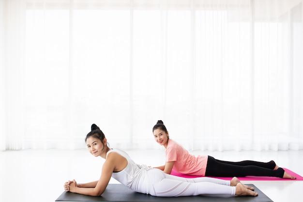 Le donne che fanno yoga si esercitano insieme Foto Premium