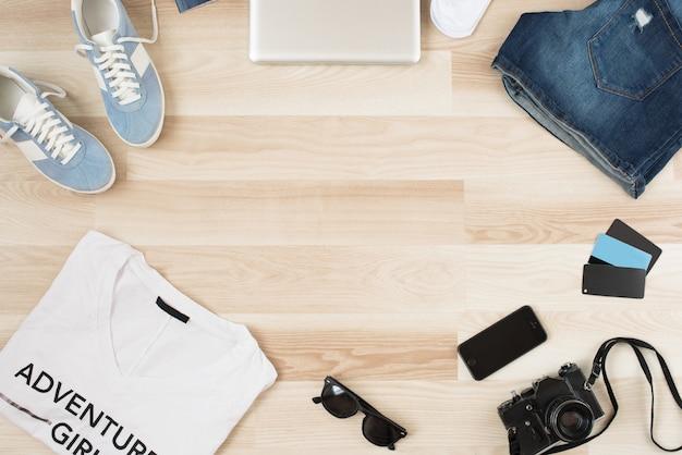 Accessori da donna, abbigliamento casual estivo su fondo in legno. articoli per vacanze e viaggi. appartamento lat, vista dall'alto. aggiungi il tuo testo sopra. Foto Premium