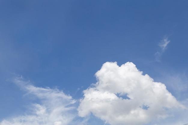 Meraviglioso cielo blu con nuvole. Foto Premium