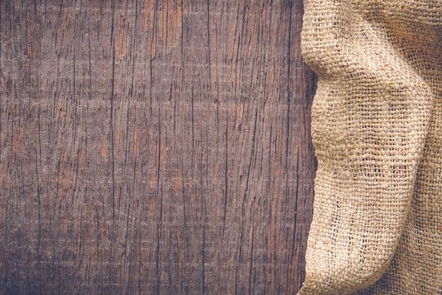 Tavolo in legno con texture di tovaglia vecchia tela di sacco Foto Premium