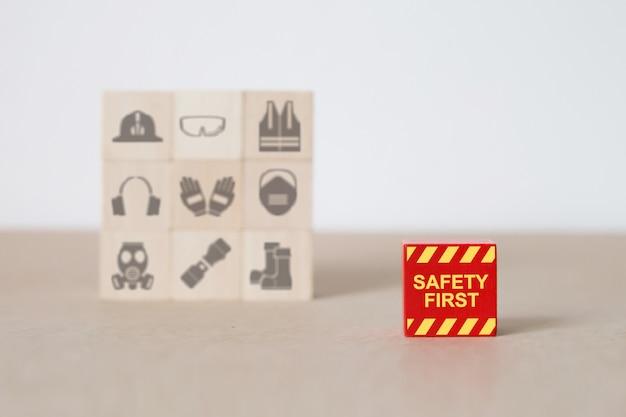 Blocchi di legno accatastati con icone di fuoco e sicurezza. Foto Premium