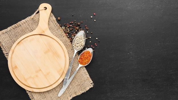 Tavola di legno con condimenti in polvere Foto Premium