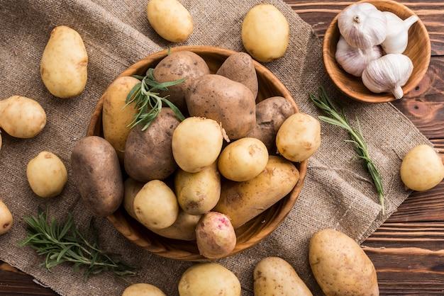 Ciotole in legno con patate e aglio Foto Premium