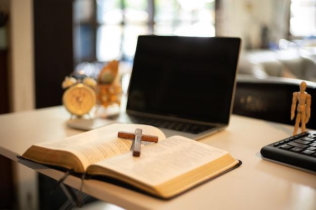 Tavolo a croce in legno con luce finestra. concetto di chiesa in linea. Foto Premium