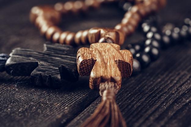 Croce di legno sulla superficie del legno Foto Premium