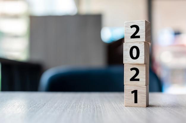 Blocchi di cubo di legno con parola 2021 Foto Premium