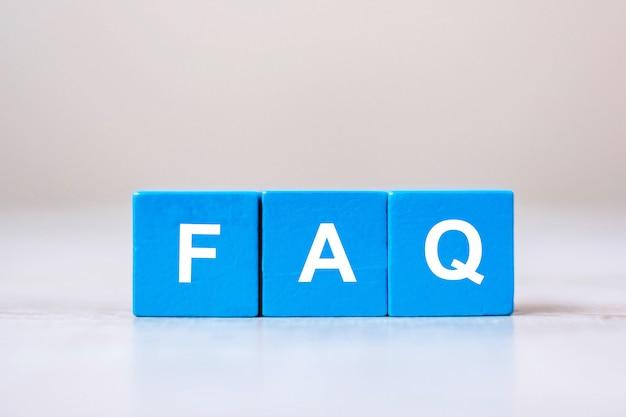 Cubetti di legno con testo faq (domande frequenti) Foto Premium
