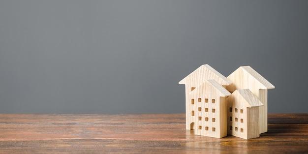 Figure in legno di edifici residenziali. alloggio comodo ed economico. Foto Premium