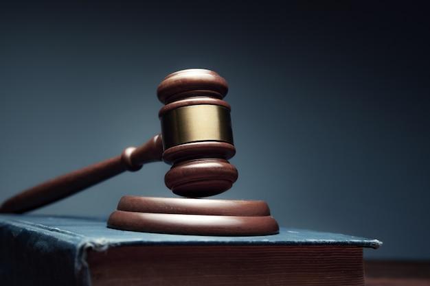 Giudice di legno sul libro sulla scrivania Foto Premium