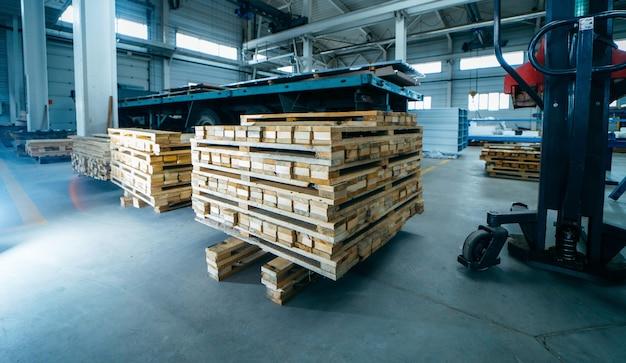 Pallet di legno sulla fabbricazione di pannelli sandwich Foto Premium