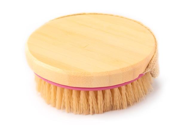 Spazzola in legno morbida per il corpo con un campo pulito per il tuo design. sfondo bianco Foto Premium