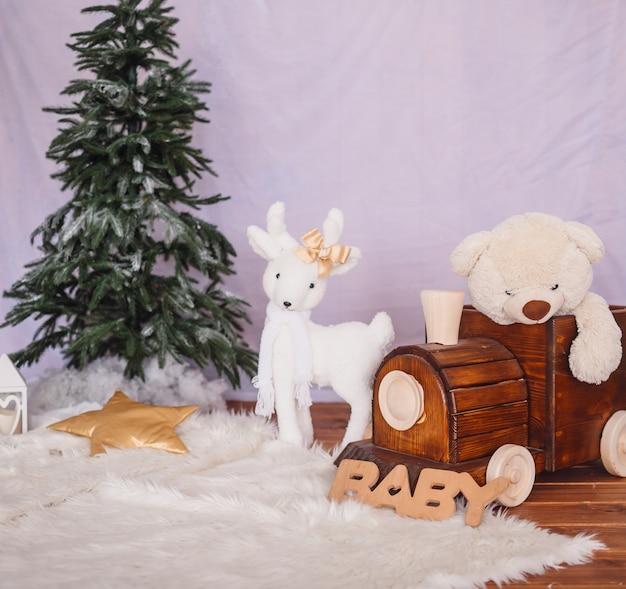 Treno in legno con un orso e cervi giocattolo bianco Foto Premium