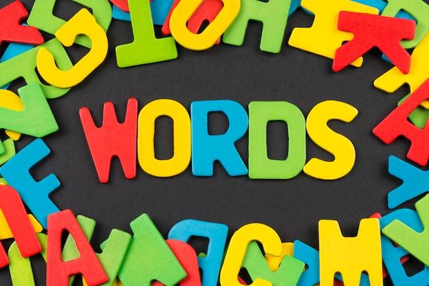 La parola parole da lettere colorate Foto Premium
