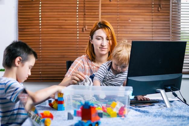 Lavora da casa con i bambini piccoli Foto Premium