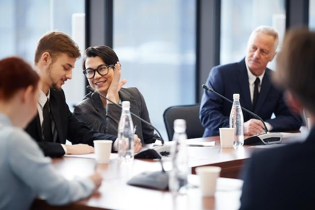 Lavoratori che bisbigliano nella riunione d'affari Foto Premium