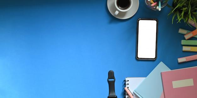 Area di lavoro con smartphone, caffè e articoli per ufficio con spazio di copia. Foto Premium