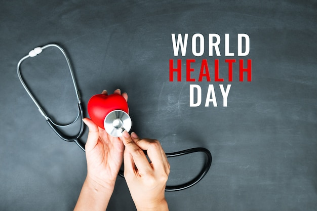Concetto di giornata mondiale della salute assicurazione medica sanitaria con cuore rosso e stetoscopio Foto Premium